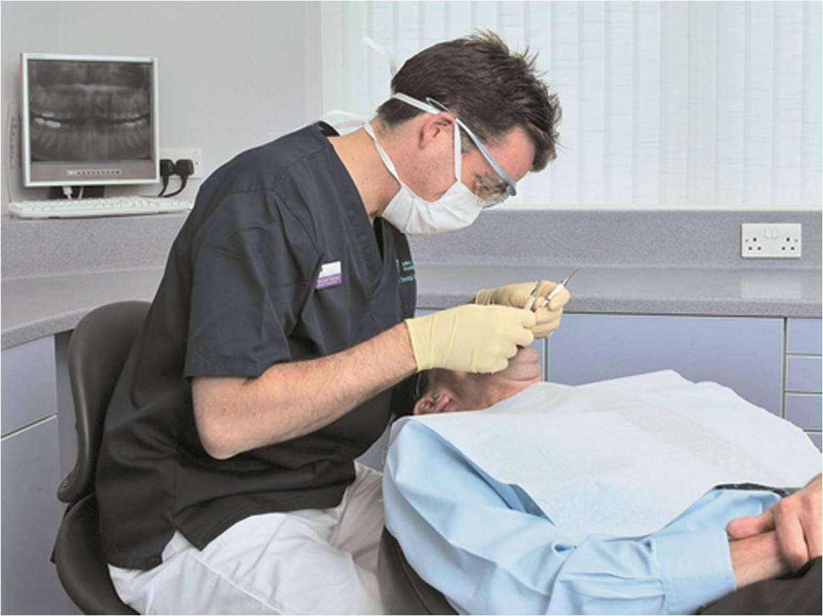 Position d'un dentiste sans aides optiques dentaires